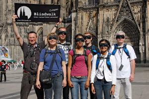 Blindwalkgruppe vor den Kölner Dom
