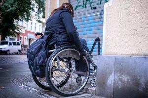 Rollstuhlfahrer stehen oft vor Hürden
